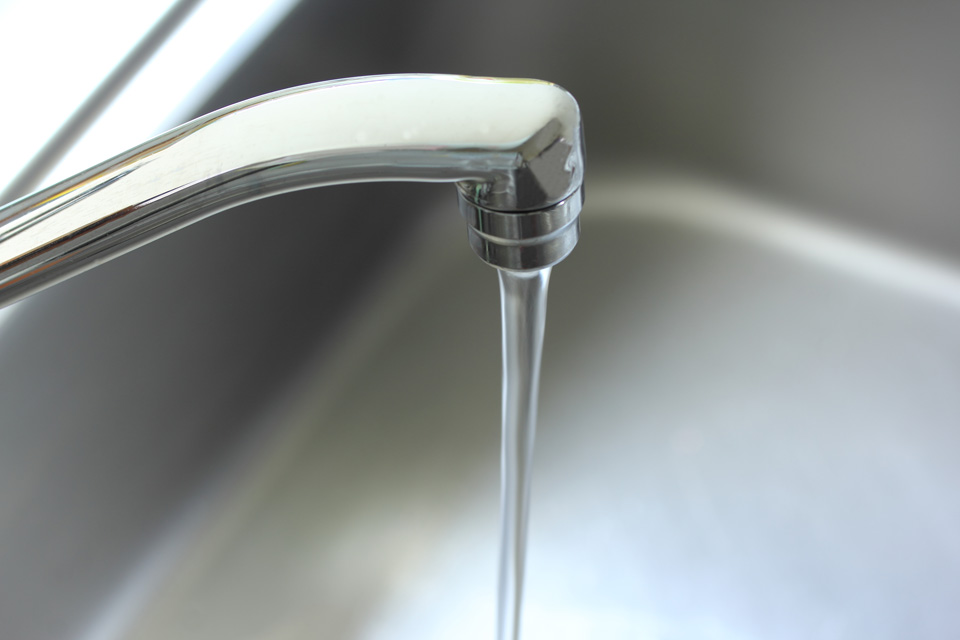 なぜ日本の水道水は「飲めるのか」
